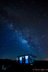 Casa del desierto nocturna
